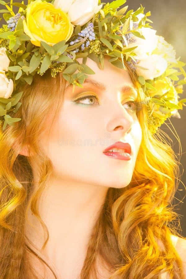 Ciepły portret zmysłowa kobieta z kwiatami obrazy royalty free