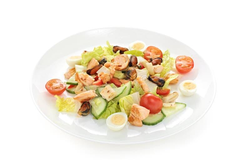 Ciepły sałatkowy denny popiół z pomidorowymi czereśniowymi kałamarnic mussels piec łososiowych przepiórek jajka na białym tle obrazy stock