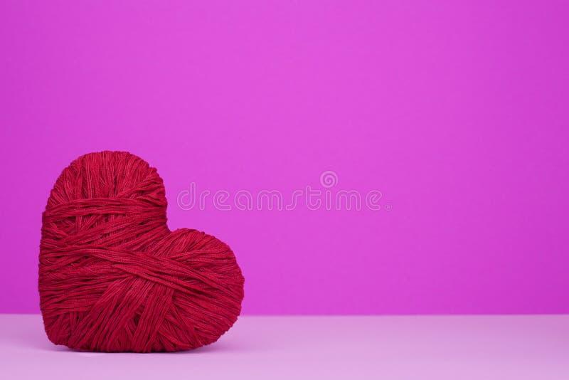 Ciepły serce czerwona wełny przędza fotografia stock