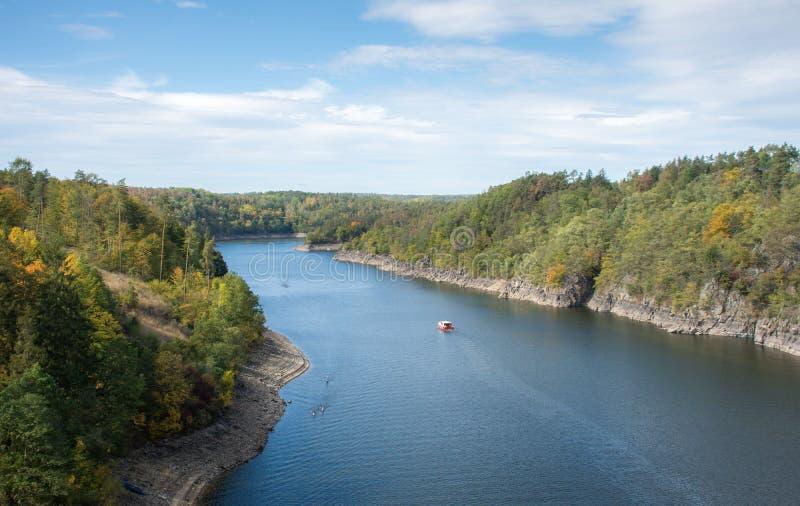 Ciepły strumień rzeki leżący w jesiennej naturze obraz stock