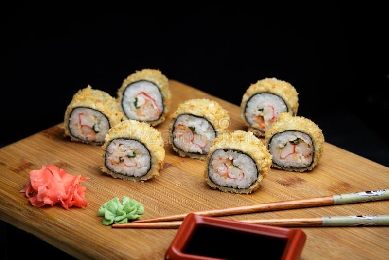 Ciepły suszi z kraba japończyka i mięsa układami scalonymi zdjęcia royalty free