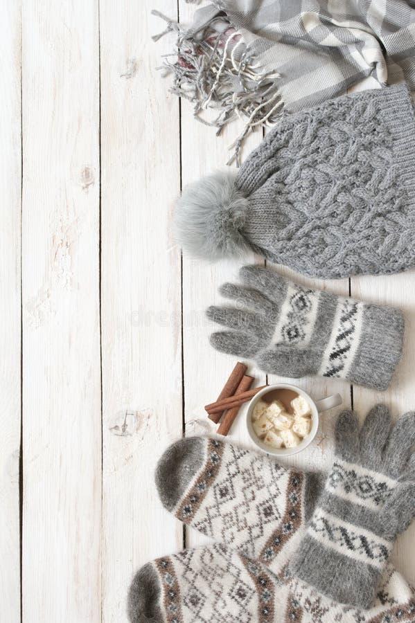 Ciepły woolen knitwear i kakao z marshmallow zdjęcie stock
