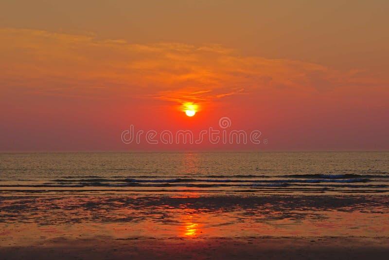 Ciepły zmierzch nad spokojem pluskocze północnego morze zdjęcia stock