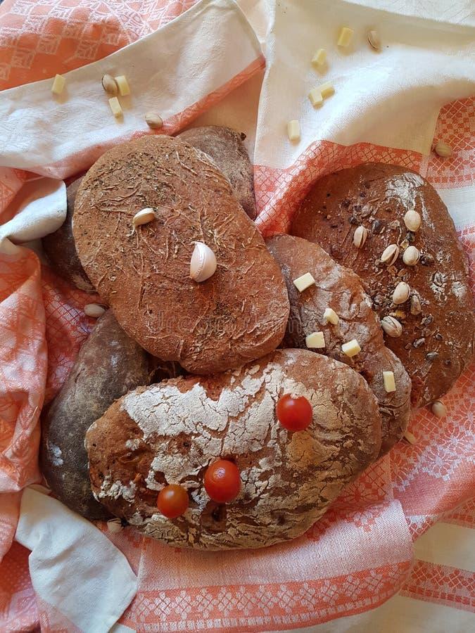 Ciepli tradycyjni chlebów spojrzenia jak babci ` s fotografia stock