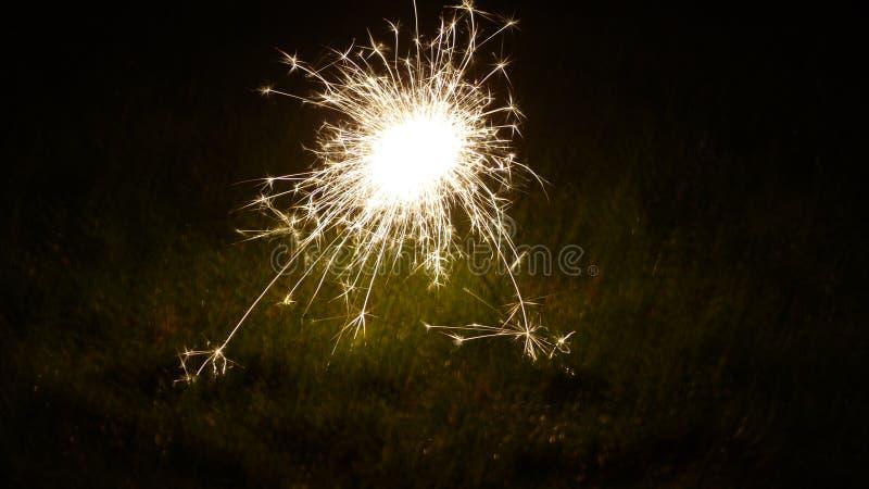 Cierge magique dans l'herbe photos stock