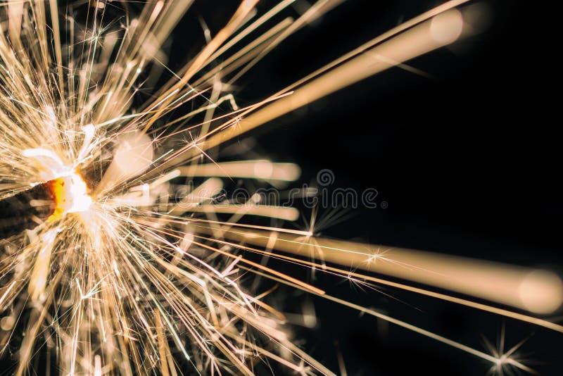 Cierge magique de scintillement devant le fond noir photos libres de droits