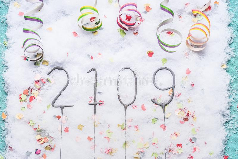cierge magique 2019 sur la neige avec des confettis et la vue serpentine et supérieure photos libres de droits
