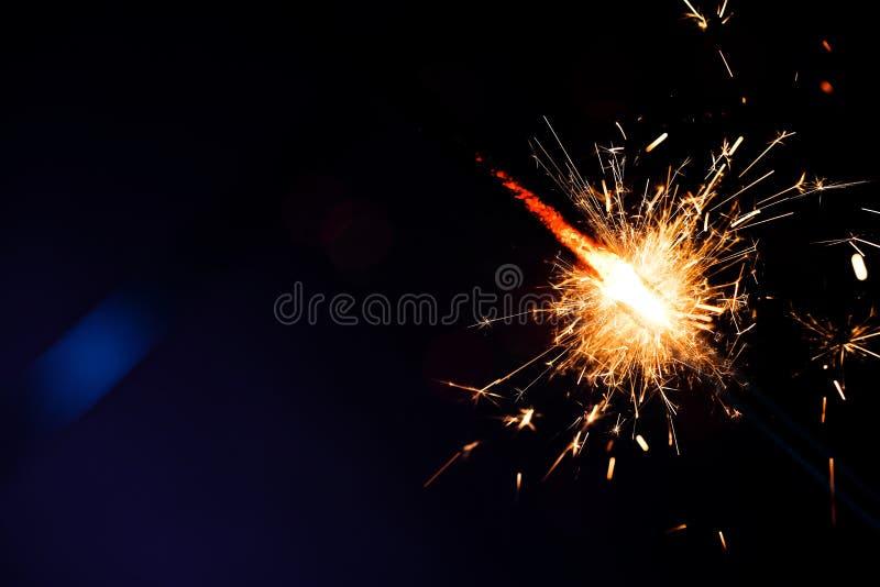 Cierges magiques de fête de Noël sur le fond de couleur foncée photo stock