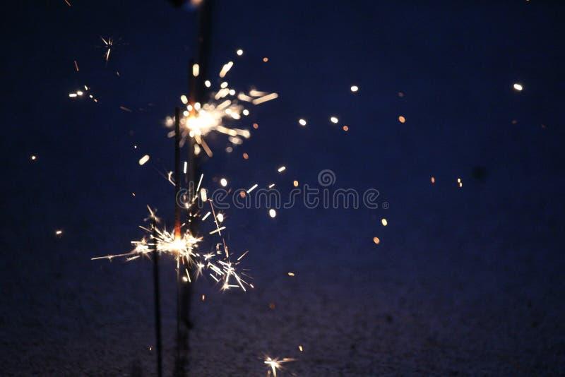 Cierges magiques sur un fond bleu-foncé photo stock