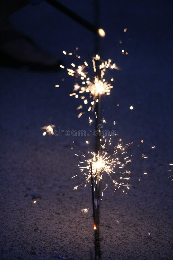 Cierges magiques sur un fond bleu-foncé images libres de droits
