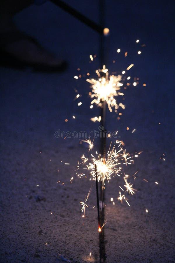 Cierges magiques sur un fond bleu-foncé photos stock