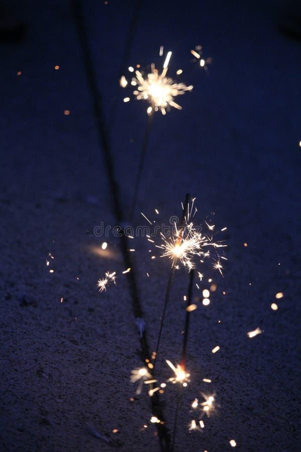 Cierges magiques sur un fond bleu-foncé photos libres de droits