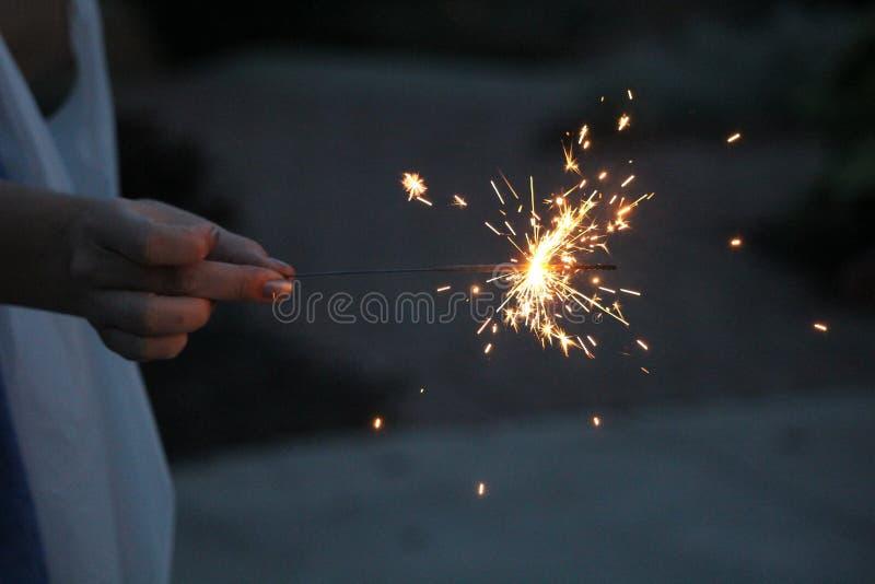 Cierges magiques sur un fond bleu-foncé photographie stock libre de droits