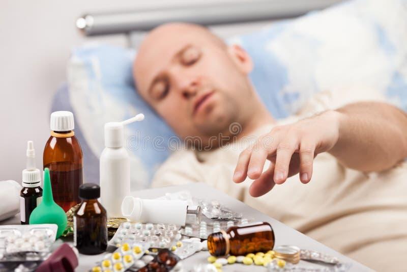 Cierpiącego mężczyzna puszka cierpliwy łgarski łóżko obrazy royalty free