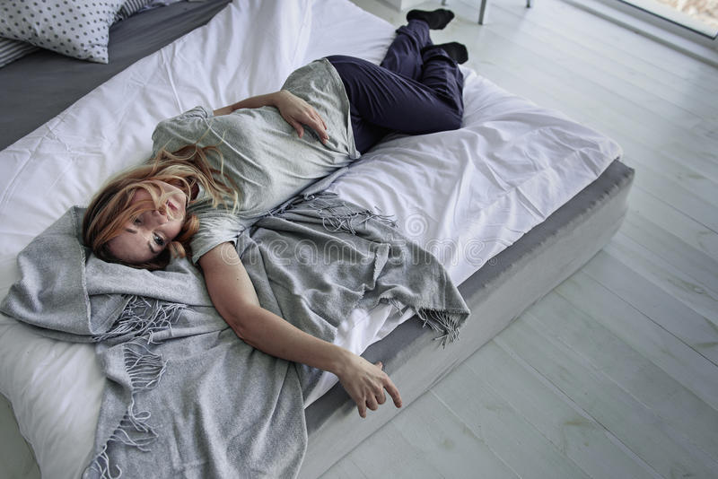 Cierpieć żeńskiej osoby lying on the beach na łóżku zdjęcia royalty free
