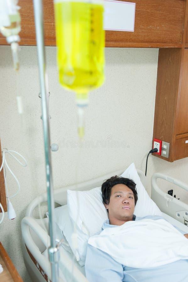 Cierpliwa płuco infekcja & przyznaje w szpitalu z iv zasolonym zdjęcia royalty free