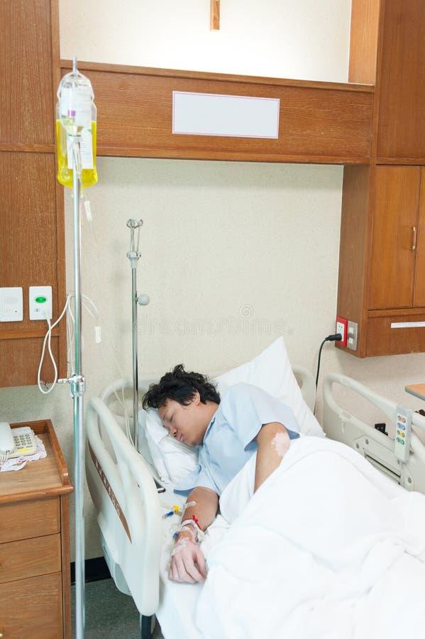 Cierpliwa płuco infekcja & przyznaje w szpitalu z iv zasolonym fotografia royalty free
