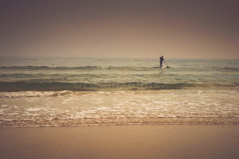 Cierpliwość - zmierzchu surfingowiec fotografia stock
