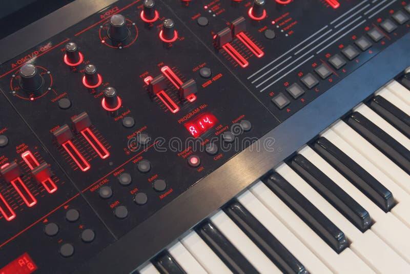 Cierra el primer electrónico del sintetizador imagen de archivo