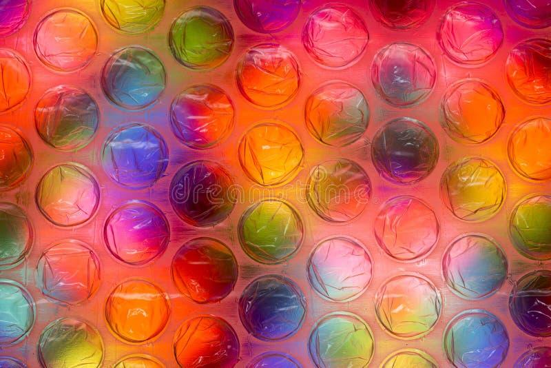 Cierre abstracto encima de la hoja del plástico de burbujas con el fondo colorido stock de ilustración