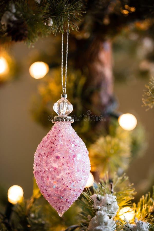 Cierre abstracto encima del ornamento cristalino rosado de la Navidad de la gota fotos de archivo