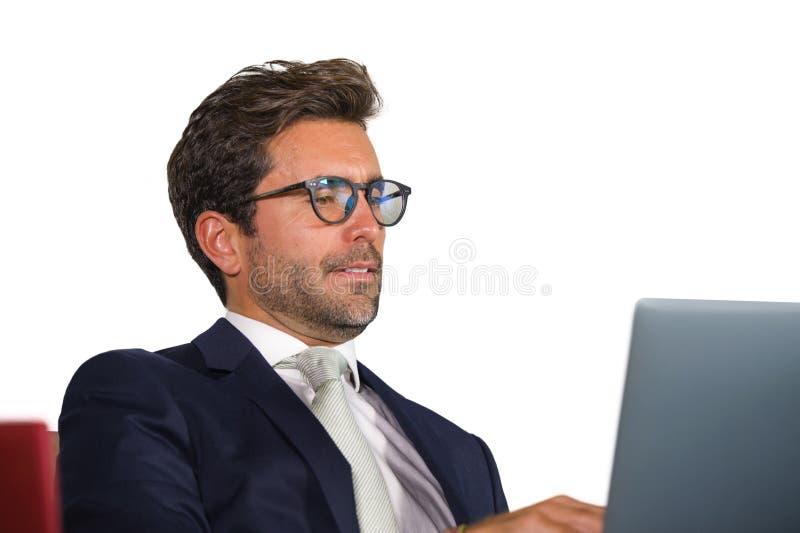 Cierre aislado corporativo de la compañía encima del retrato del hombre de negocios hermoso y atractivo joven en el funcionamient fotos de archivo libres de regalías