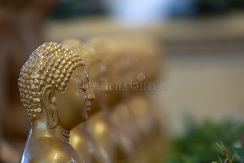 Cierre aislado estatua japonesa de Buddah para arriba imagen de archivo