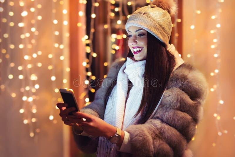 Cierre al aire libre encima del retrato de la muchacha sonriente feliz hermosa joven que presenta en la calle fotografía de archivo