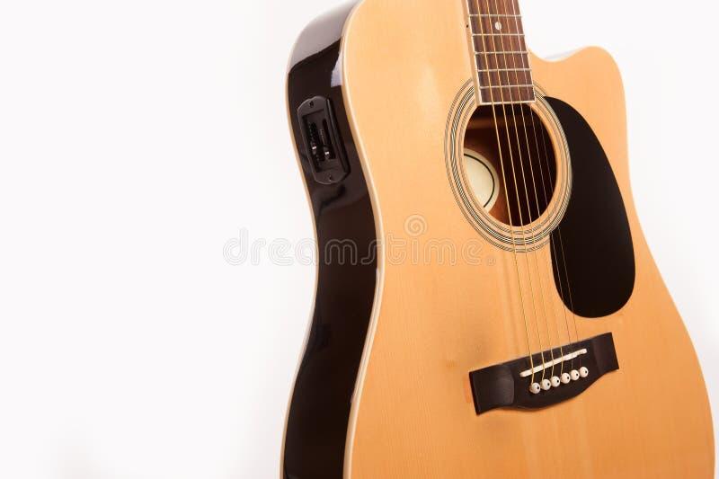 Cierre amarillo acústico eléctrico de la guitarra para arriba aislado en blanco foto de archivo libre de regalías