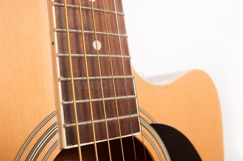Cierre amarillo acústico eléctrico de la guitarra para arriba aislado en blanco imagen de archivo libre de regalías