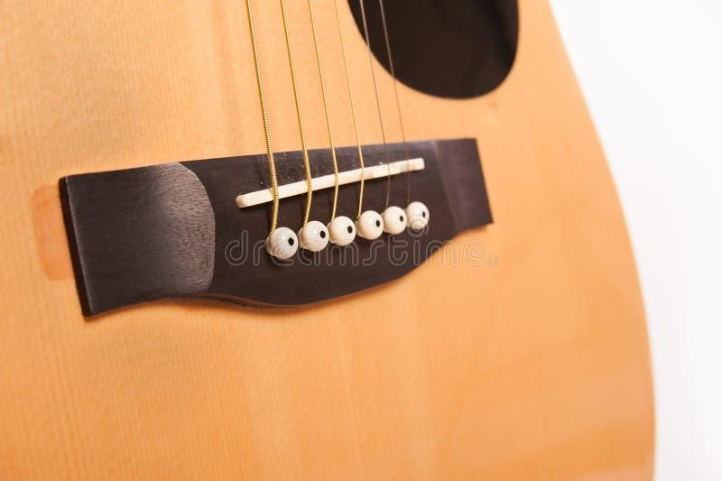 Cierre amarillo acústico eléctrico de la guitarra para arriba aislado en blanco fotos de archivo libres de regalías