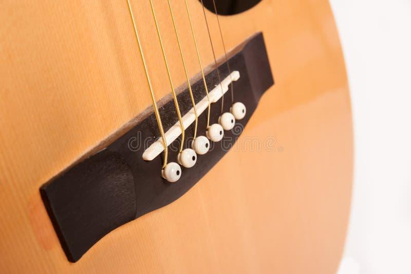 Cierre amarillo acústico eléctrico de la guitarra para arriba aislado en blanco fotografía de archivo