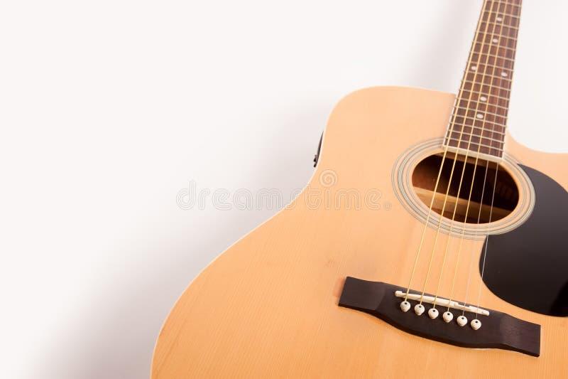 Cierre amarillo acústico eléctrico de la guitarra para arriba aislado en blanco foto de archivo