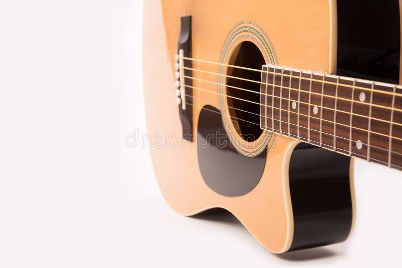 Cierre amarillo acústico eléctrico de la guitarra para arriba en blanco fotos de archivo libres de regalías