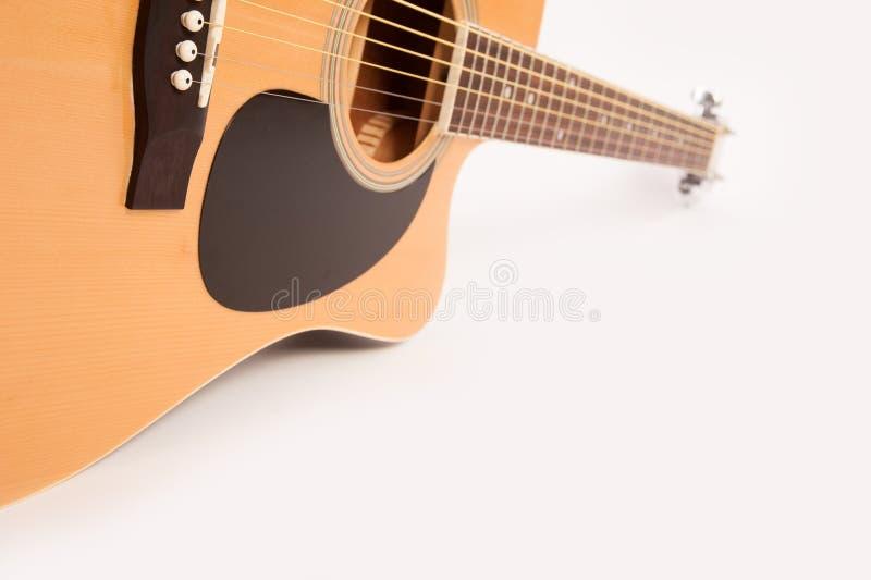 Cierre amarillo acústico eléctrico de la guitarra para arriba en blanco foto de archivo libre de regalías