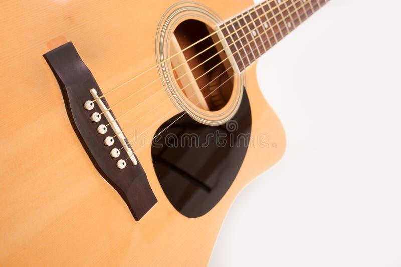Cierre amarillo acústico eléctrico de la guitarra para arriba en blanco fotografía de archivo