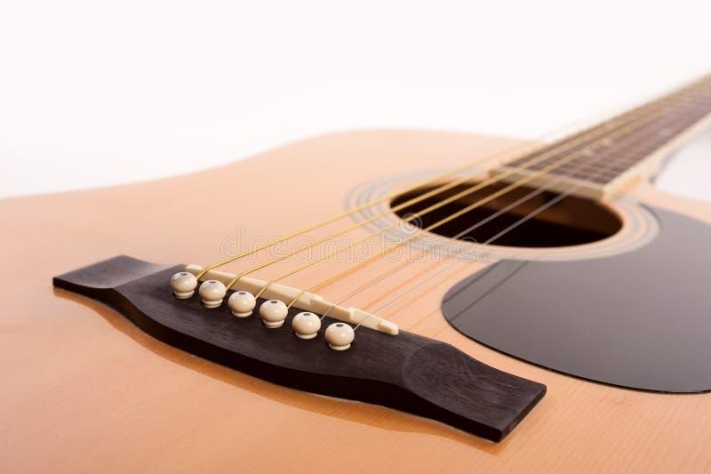 Cierre amarillo acústico eléctrico de la guitarra para arriba en blanco foto de archivo