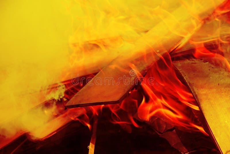 Cierre ardiente del fuego de madera encima del extracto fotos de archivo