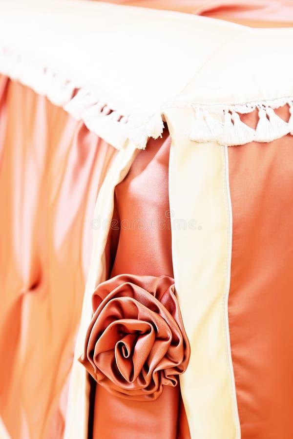 Cierre artificial de la decoración de la cama color de rosa de la tela para arriba foto de archivo libre de regalías