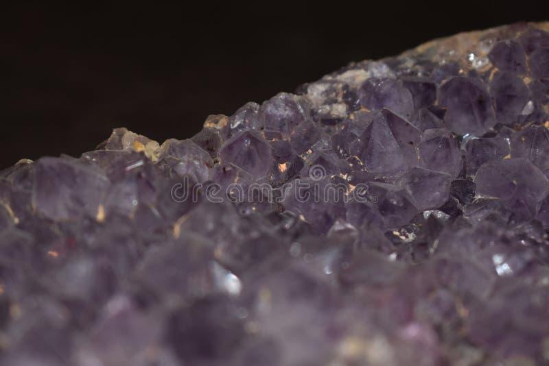 Cierre ascendente mineral de la amatista imagen de archivo libre de regalías