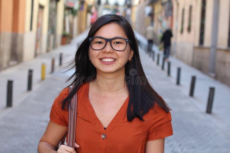 Cierre asiático encantador del aire libre de la mujer para arriba fotos de archivo libres de regalías