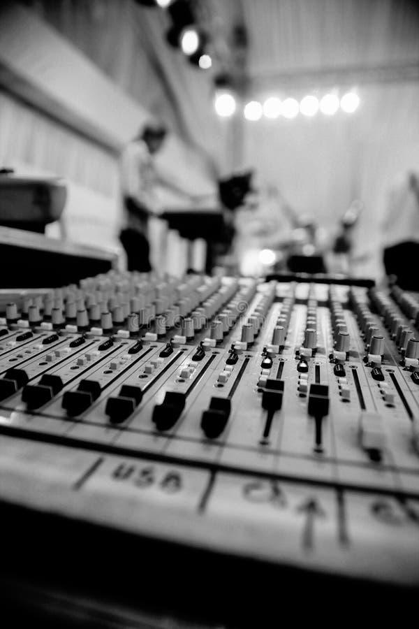 Cierre audio del mezclador para arriba Mezclador de la música vivo imagen de archivo