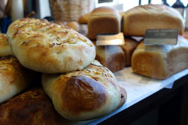Cierre bajo del foco para arriba del pan del focaccia del romero y del ajo, wi fotografía de archivo