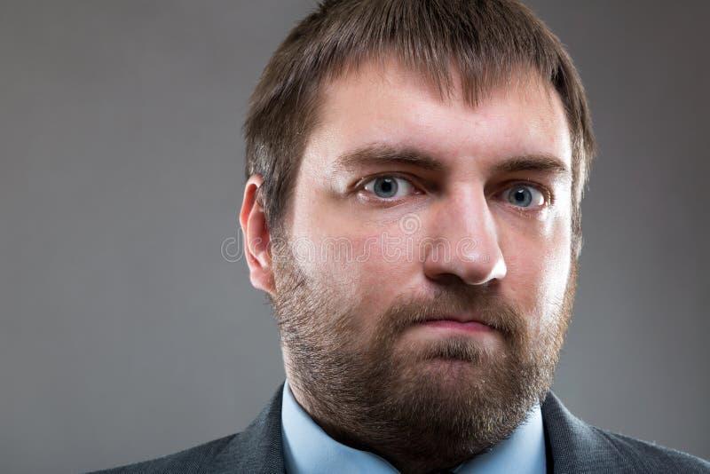 Cierre barbudo masculino serio de la cara encima del retrato foto de archivo