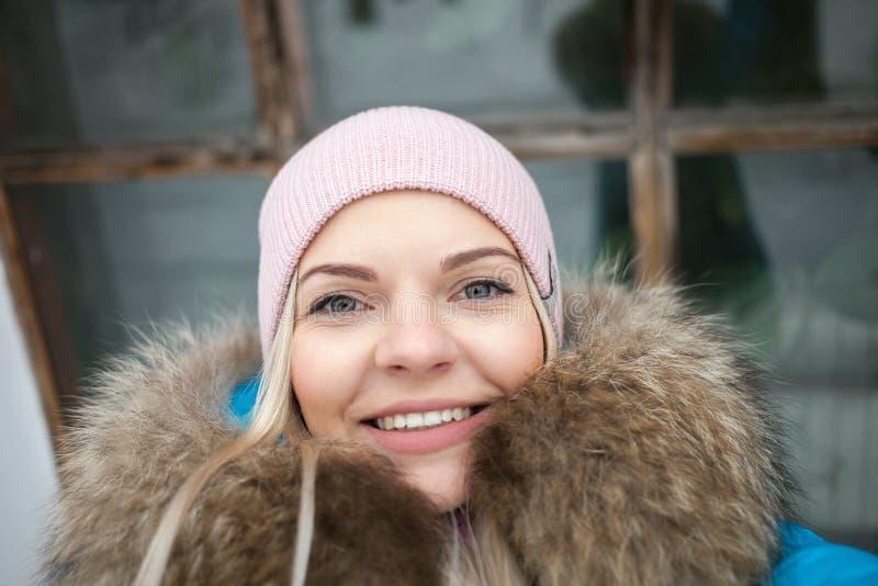 Cierre bastante rubio del selfie de la mujer encima del retrato en parque de la ciudad del invierno Concepto al aire libre de la  fotos de archivo