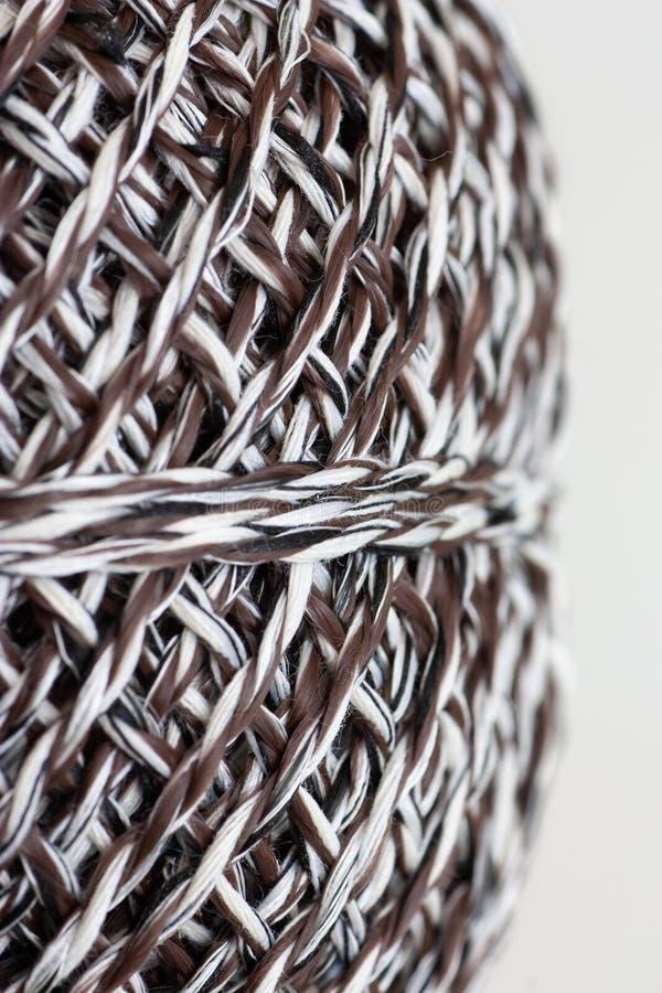 Cierre blanco y negro de la bola de las lanas para arriba imagenes de archivo