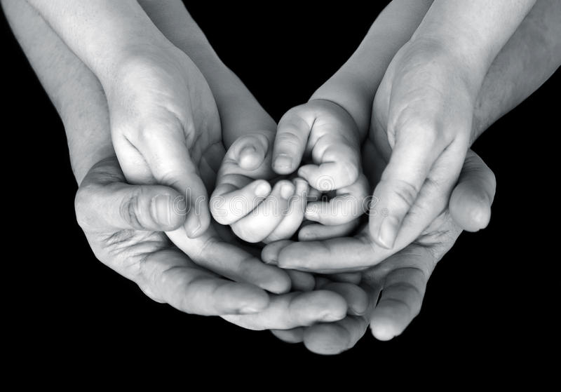 Cierre blanco y negro encima de la imagen de las manos - Familias en blanco y negro ...