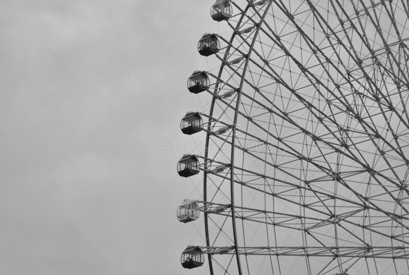 Cierre blanco y negro para arriba de la noria enorme en la ciudad de Yokohama, Japón foto de archivo