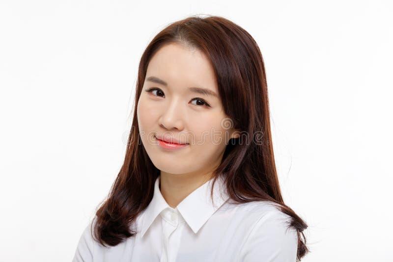 Cierre bonito asiático joven de la mujer de negocios encima del retrato foto de archivo