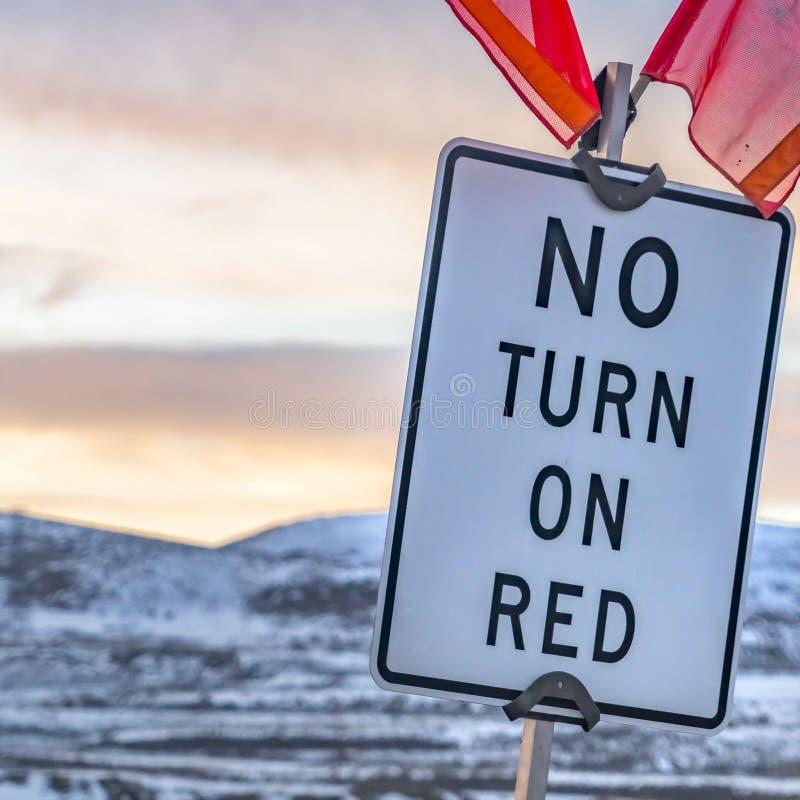 Cierre cuadrado claro para arriba de una ninguna vuelta en muestra roja con las banderas rojas en el top foto de archivo libre de regalías